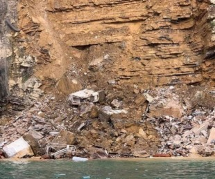 foto: Se derrumbó un cementerio en un acantilado: los cadáveres flotan en el mar