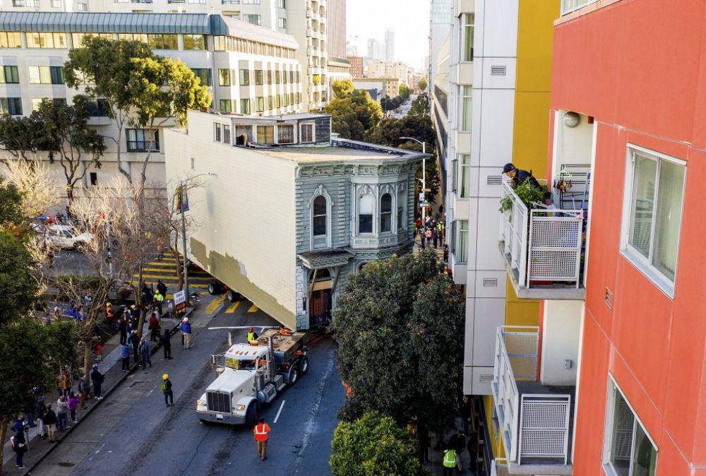 Un hombre se muda de barrio y traslada su vivienda con un camión