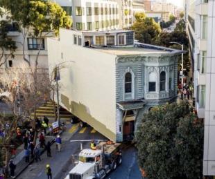 foto: Un hombre se muda de barrio y traslada su vivienda con un camión
