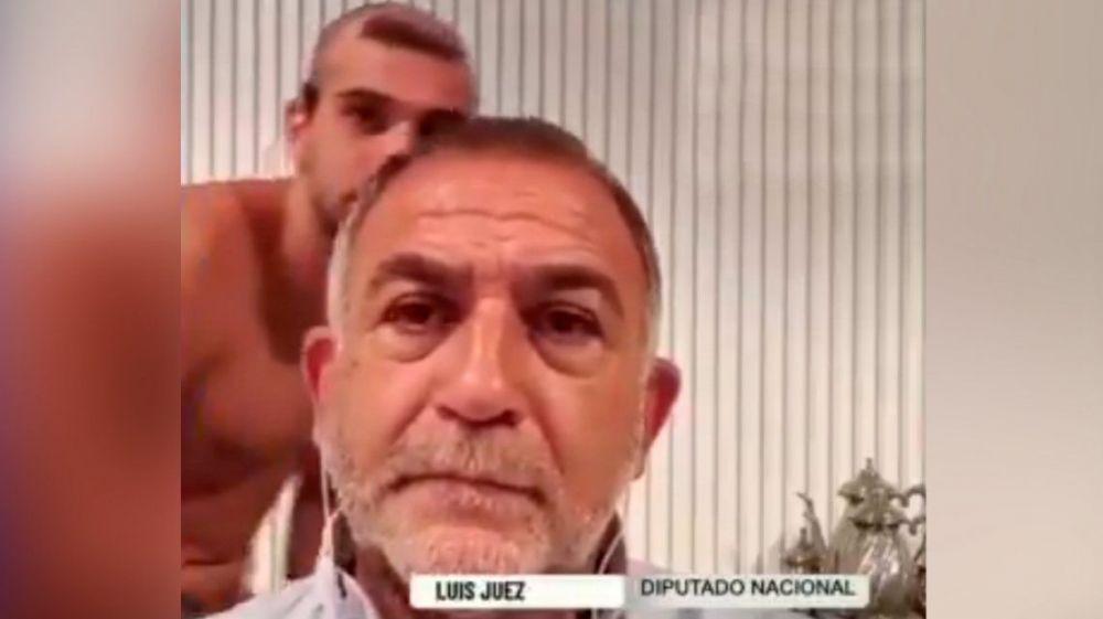 El blooper de Luis Juez en una nota: su hijo pasó desnudo en cámara