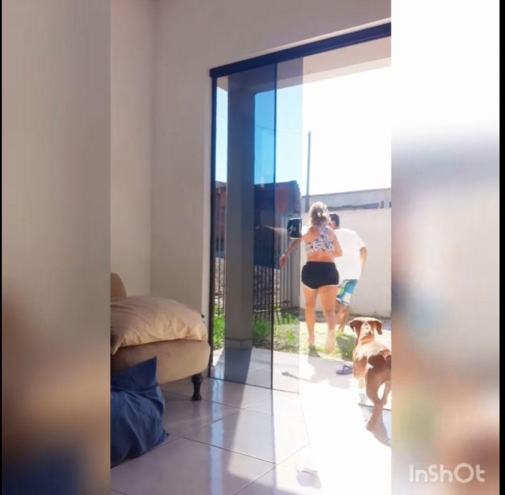 Bailaba en su casa, la sorprendió un intruso y lo sacó a patadas
