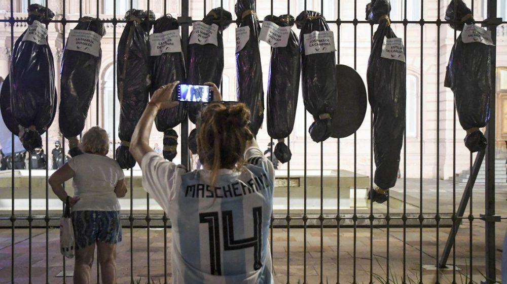 Pusieron bolsas mortuorias de los vacunados VIP frente a Casa Rosada