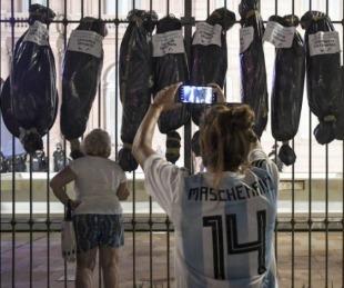 foto: Pusieron bolsas mortuorias de los vacunados VIP frente a Casa Rosada
