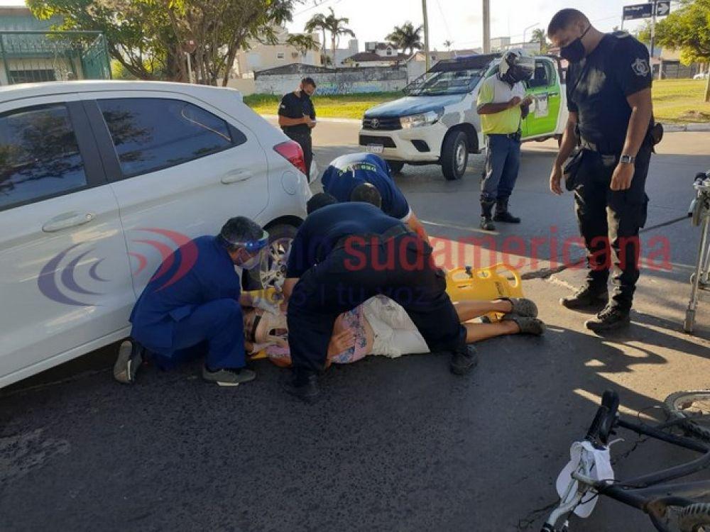 Una ciclista sufrió lesiones fuertes al colisionar contra un auto