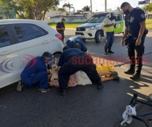 foto: Una ciclista sufrió lesiones fuertes al colisionar contra un auto