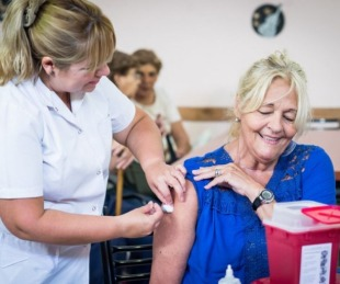 foto: COVID: el domingo habilitarán más turnos a mayores de 65 y docentes