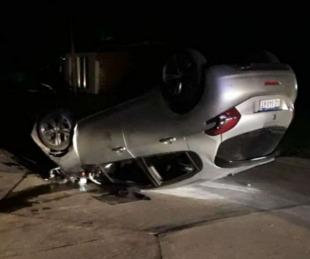 foto: Filmaron el momento en el que volcaron con su auto en Esquina