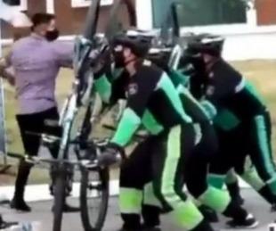 foto: Insólito entrenamiento: Policías usan bicicletas como escudos