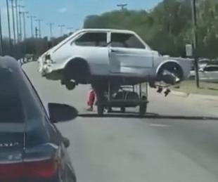 foto: Insólito: Cartonero se llevó hasta un Fiat 147 en su carro