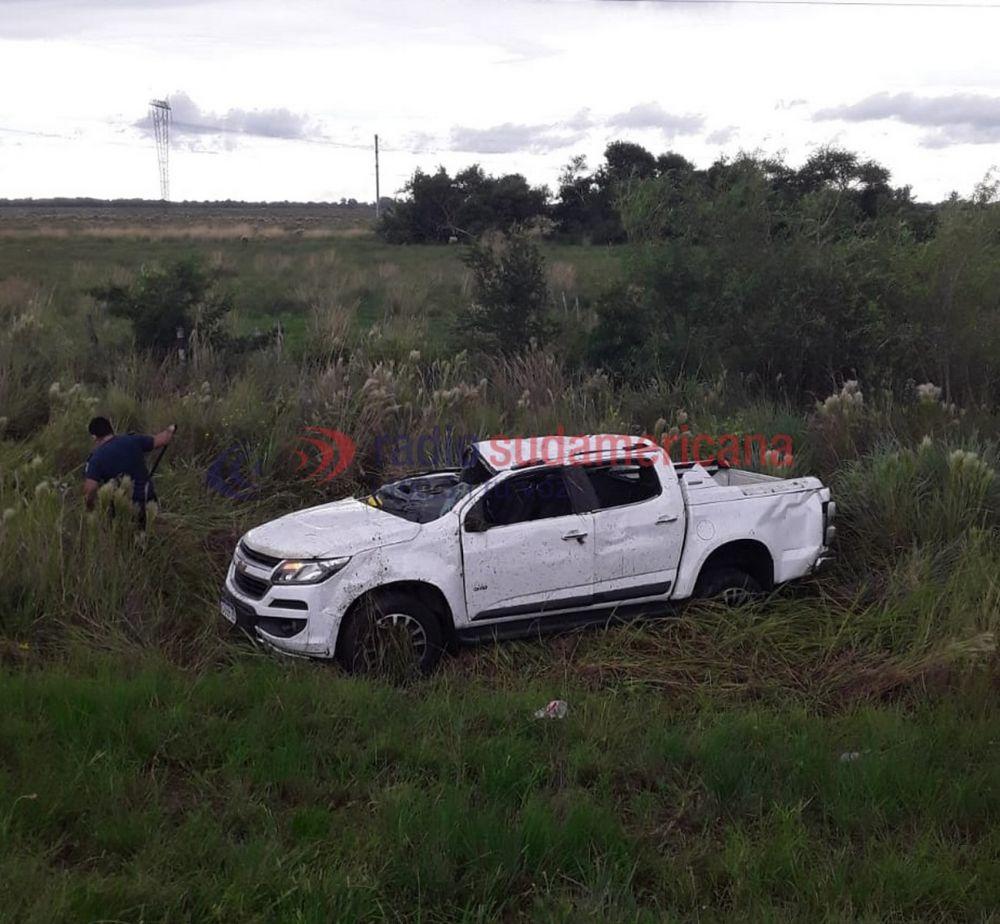 Dos personas heridas tras el despiste y vuelco de una camioneta