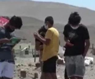 foto: Perú: dieron clases en un cementerio por ser el único lugar con Internet