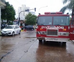 foto: Camión de bomberos chocó contra un auto sobre avenida 3 de abril