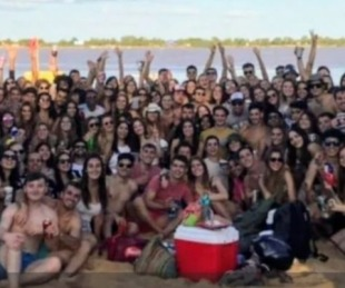 foto: Unos 200 estudiantes de medicina armaron una fiesta en la playa