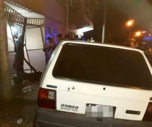 foto: Capital: Chocaron contra una casa y quedaron atrapados en el auto
