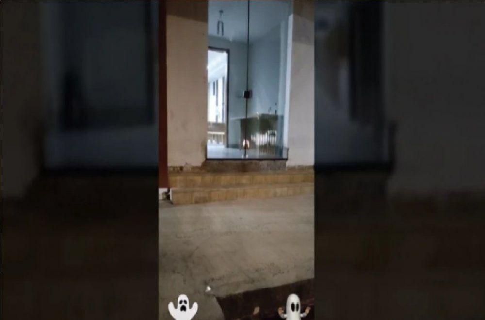 Captó el momento en que un fantasma golpea una puerta de vidrio