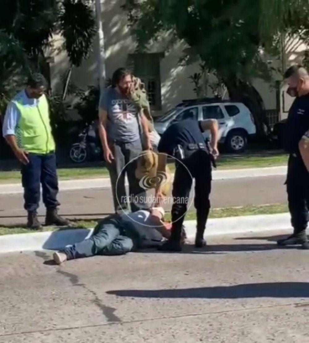 Cayó al asfalto por el paso de un camión y se quebró el cráneo