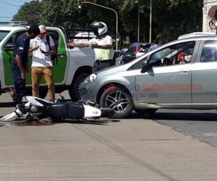 foto: Un motociclista terminó en el asfalto tras chocar contra un auto