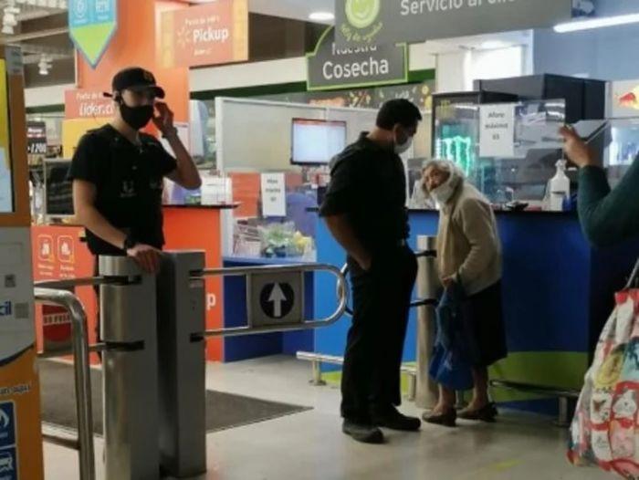Rechazaron a una abuela en un supermercado porque no tenía el permiso Covid