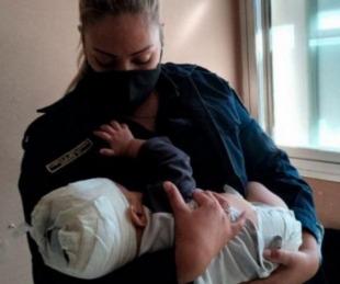 foto: Policía amamantó al bebé que fue herido con un tenedor en la cabeza