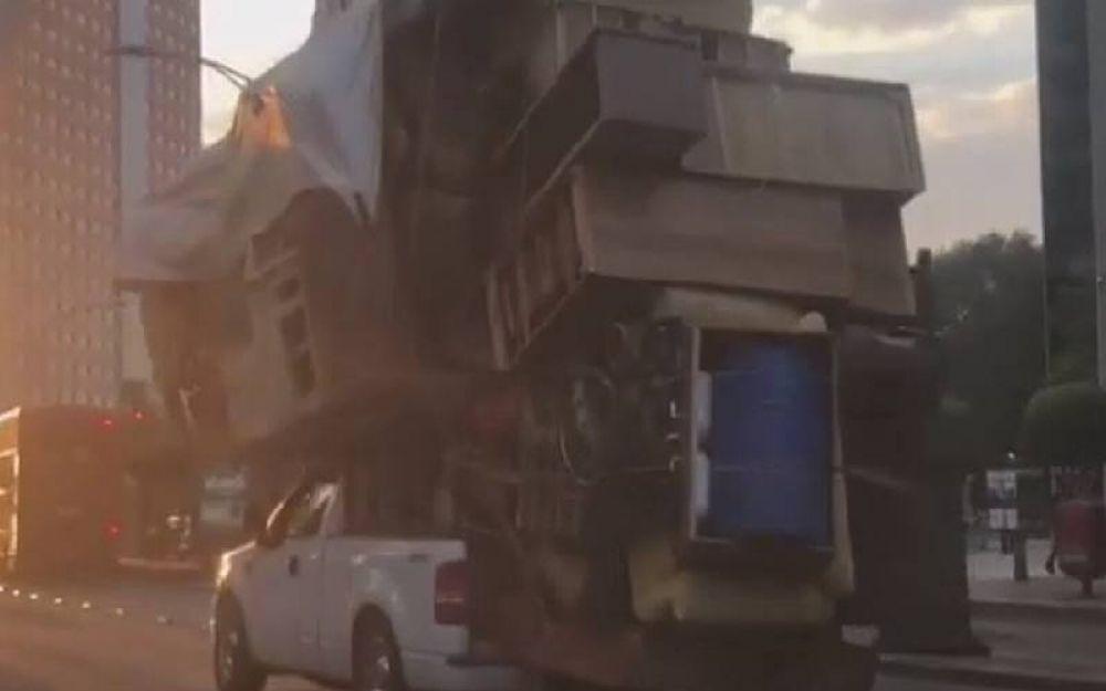 Llevó todos los muebles de su casa arriba de una camioneta