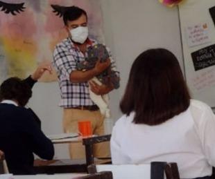 foto: Profesor cuidó al bebé de una alumna para que pudiera estudiar