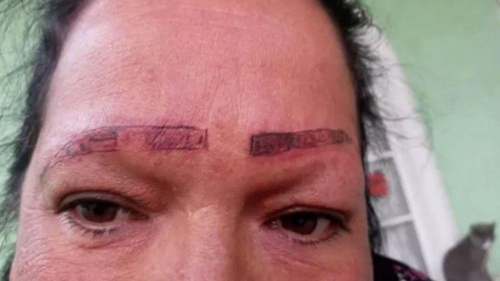 Les pidió que le tatúen las cejas y le arruinaron la cara