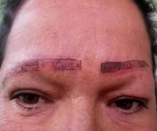 foto: Les pidió que le tatúen las cejas y le arruinaron la cara