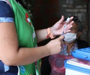 foto: Vacunan contra el Covid-19 en los barrios Quintana y Apipé