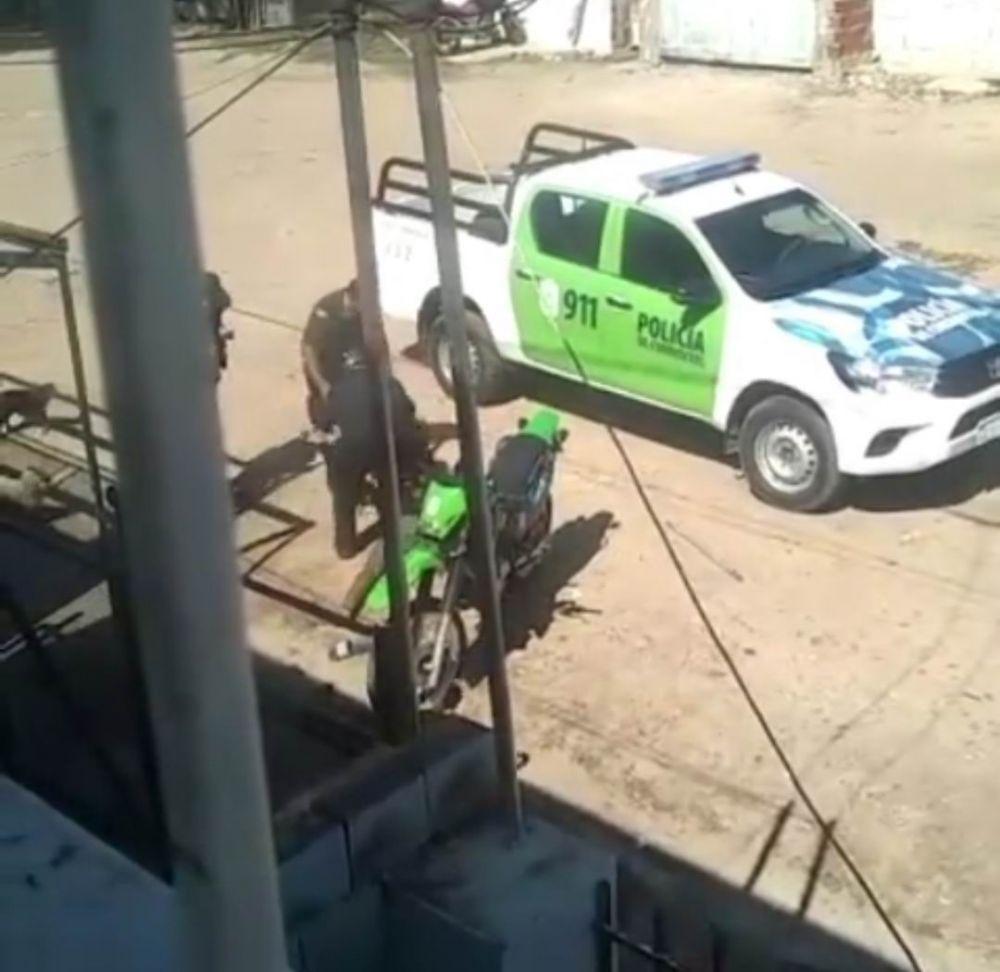 Robó un celular, lo atraparon y su novia lo rescató de la patrulla
