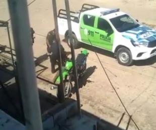 foto: Robó un celular, lo atraparon y su novia lo rescató de la patrulla