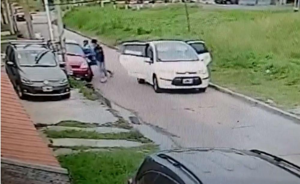 Vio cómo le robaban a un vecino y embistió el auto de los ladrones