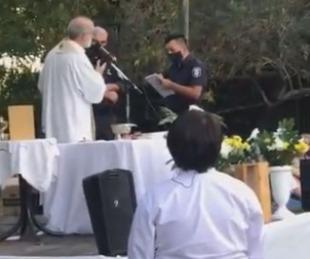 foto: Video: policías quisieron desalojar una comunión y el cura los enfrentó