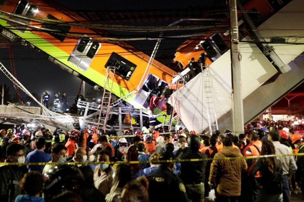Colapsó un puente y se cayó un tren de pasajeros en México