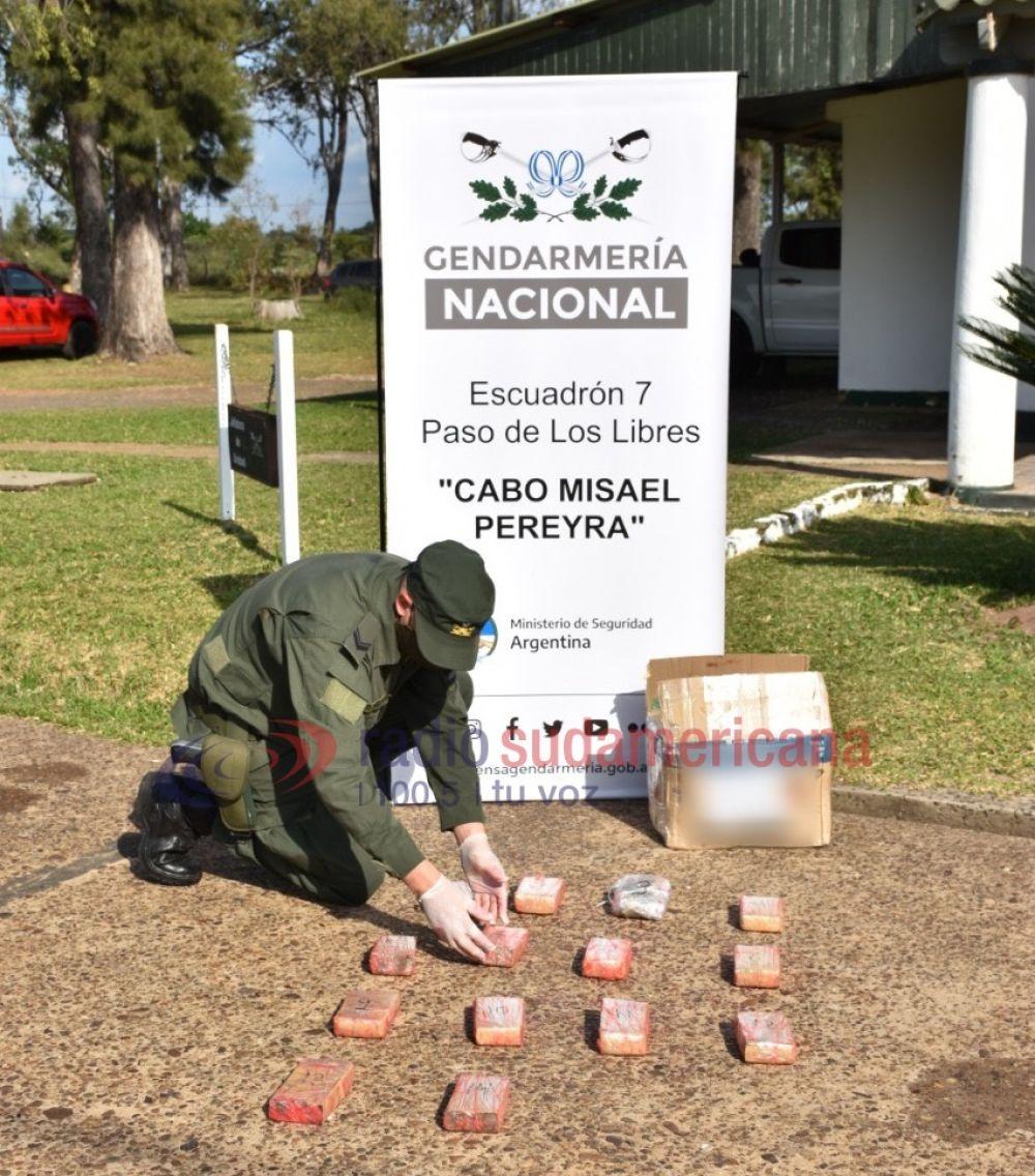 Gendarmes hallan marihuana entre la goma espuma de una encomienda