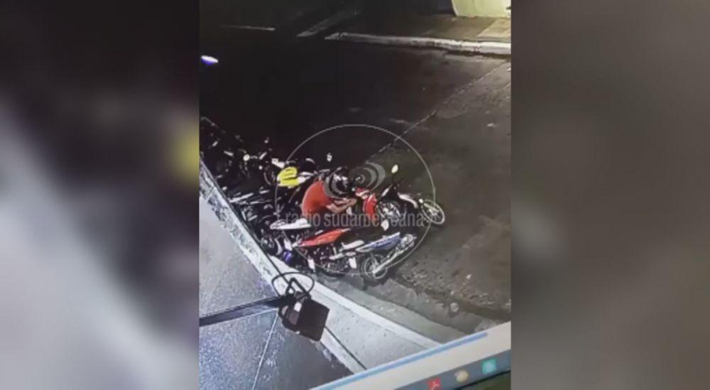Pareja filmada mientras robaba moto en pleno centro capitalino