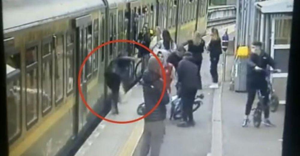 Molestaban a las mujeres que cruzaban y terminaron empujando a una a las vías del tren