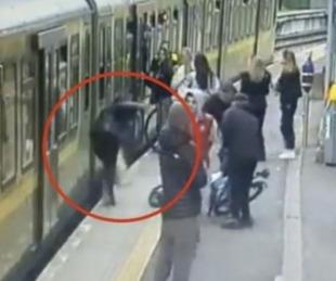 foto: Molestaban a las mujeres que cruzaban y terminaron empujando a una a las vías del tren