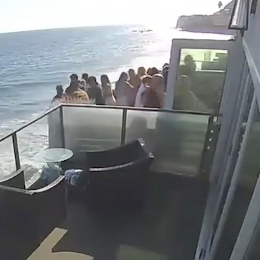 El aterrador momento en el que un balcón lleno de gente cae al vacío