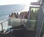 foto: El aterrador momento en el que un balcón lleno de gente cae al vacío
