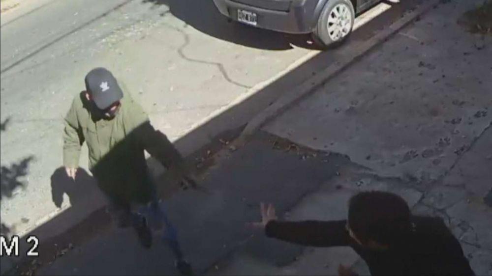Video: En Rosario dos sicarios balearon a una mujer por error