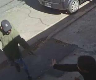 foto: Video: En Rosario dos sicarios balearon a una mujer por error