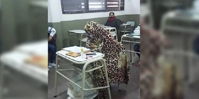 Imagen viral: Chicos van a la escuela con frazadas por el frío