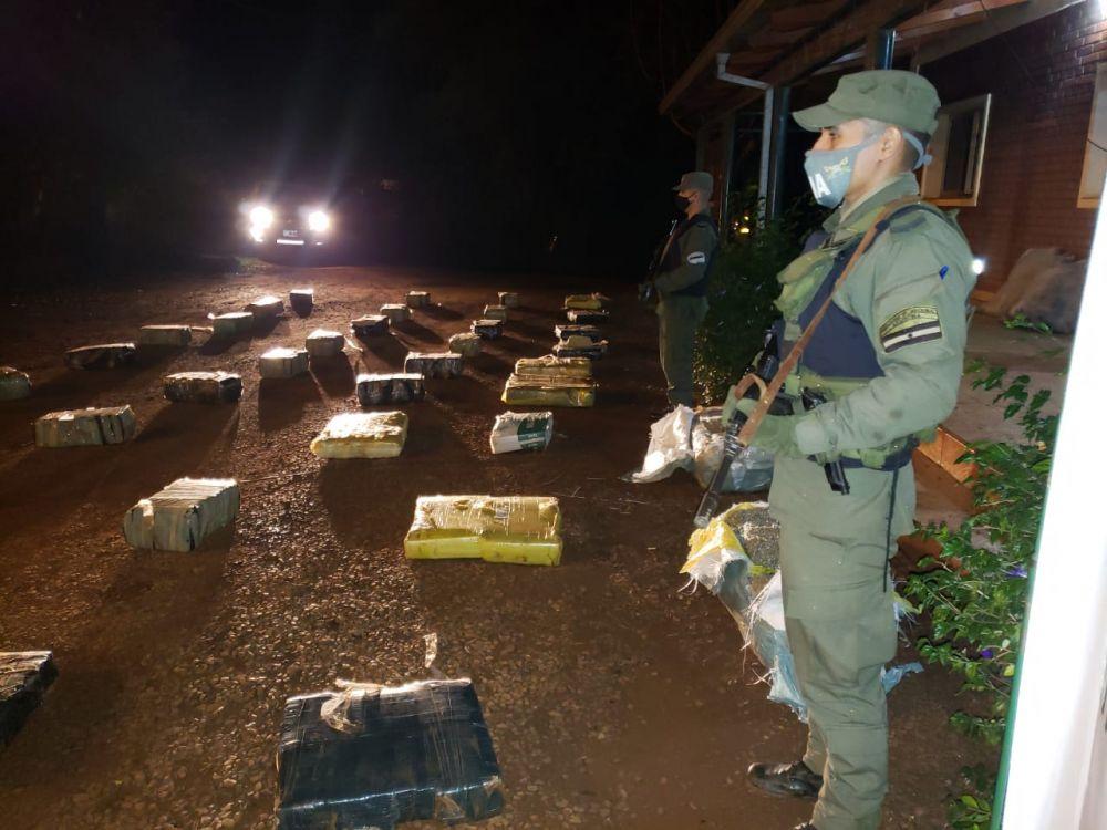 Misiones: hallan casi 1000 kilos de marihuana en unos arbustos