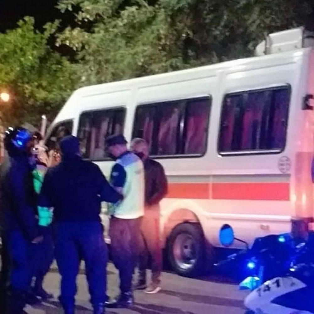 Detienen a combis que llevaban adolescentes a fiestas clandestinas