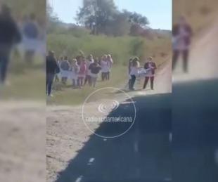 foto:  Perugorría: Alumnos de una escuela repartieron escarapelas en la ruta