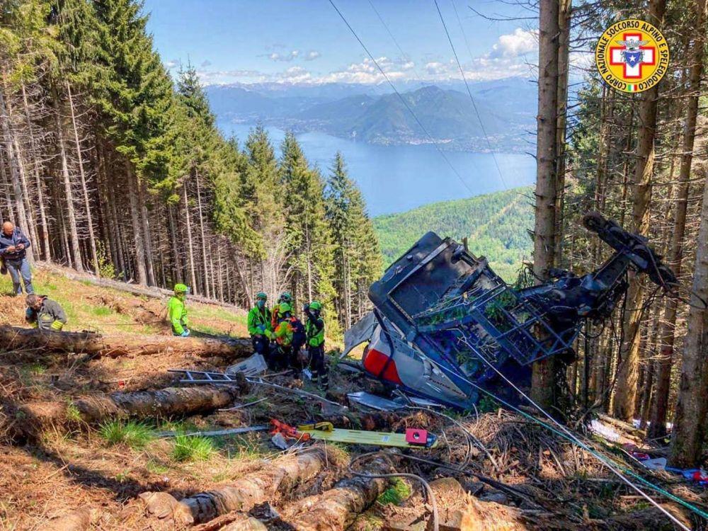 Italia: un teleférico chocó con una montaña y murieron 13 personas