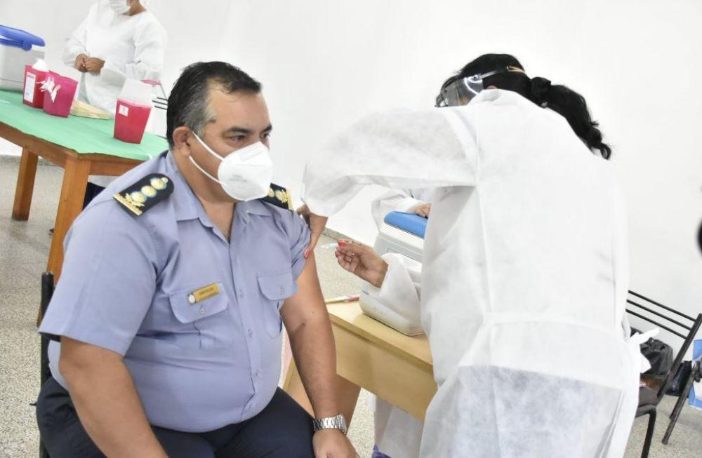 Inicia la vacunación contra el Covid a policías de 30 a 39 años