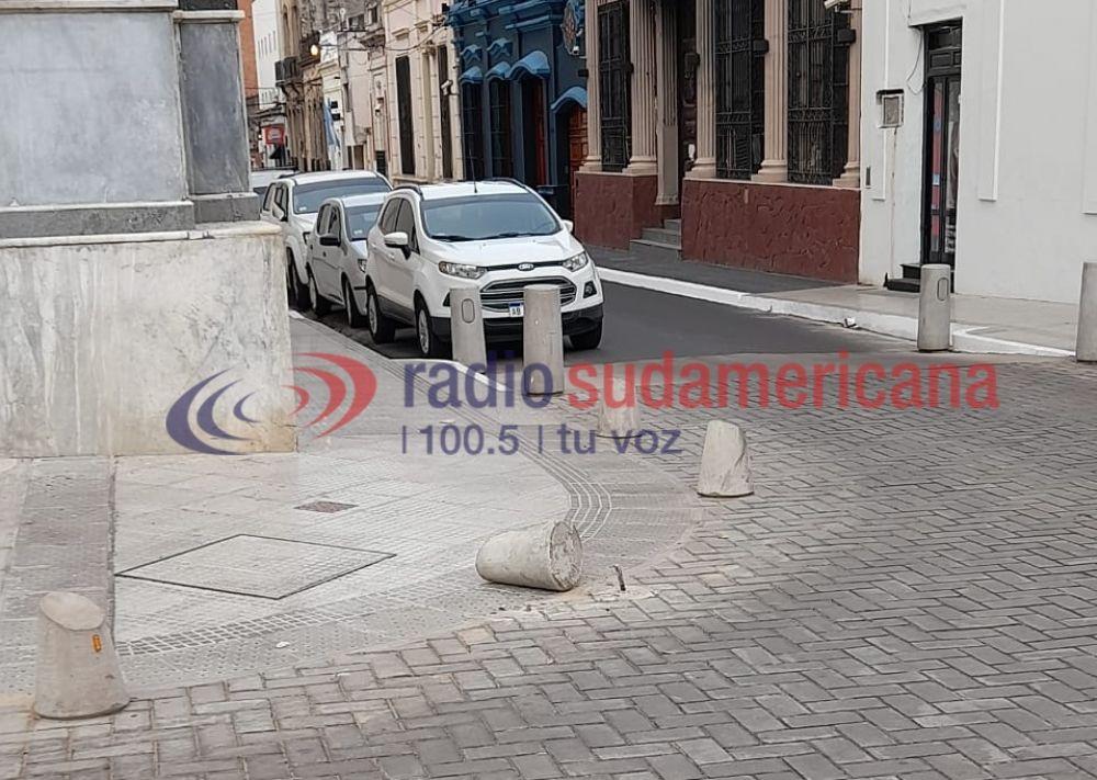 Chocó y arrancó parte de la nueva estructura de la Plaza 25 de Mayo