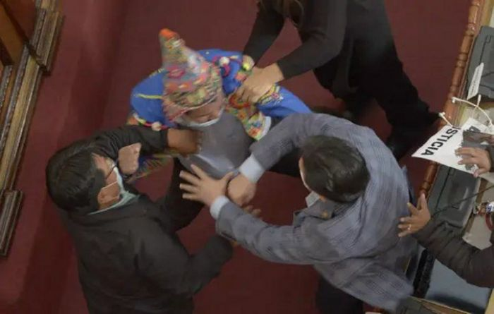 Video: Legisladores bolivianos a las piñas en medio de una sesión