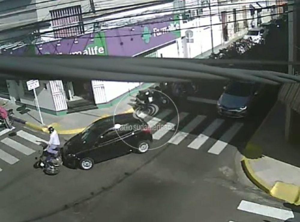Cámaras de la ciudad grabaron un accidente en pleno centro